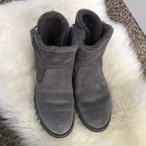 Short grey Ugg's